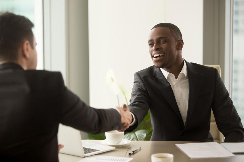 Zwarte man in pak op sollicitatiegesprek